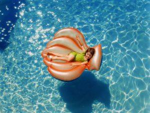 Dziewczynka w zielonym stroju kąpielowym