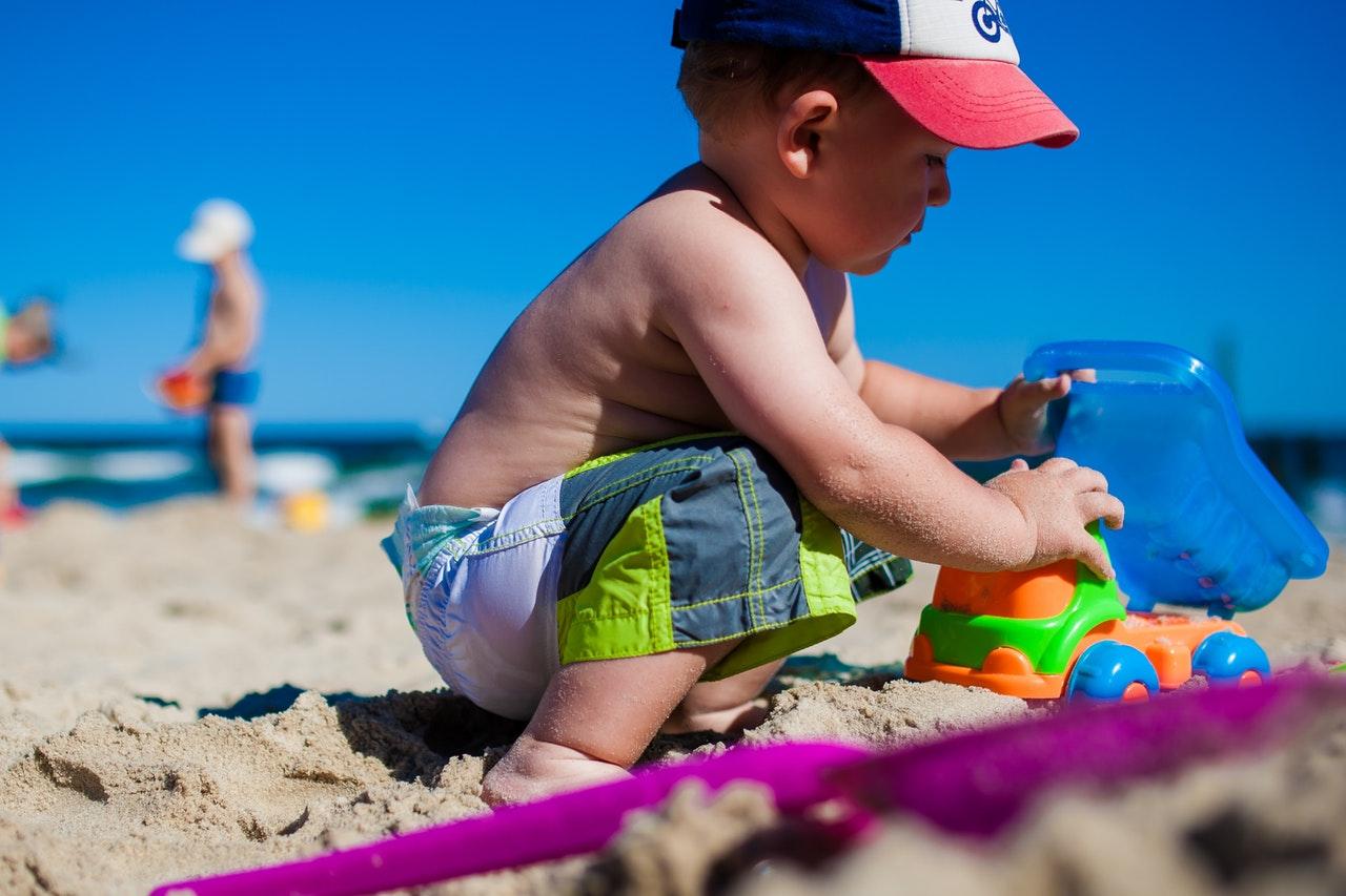 chłopiec w kąpielówkach na plaży