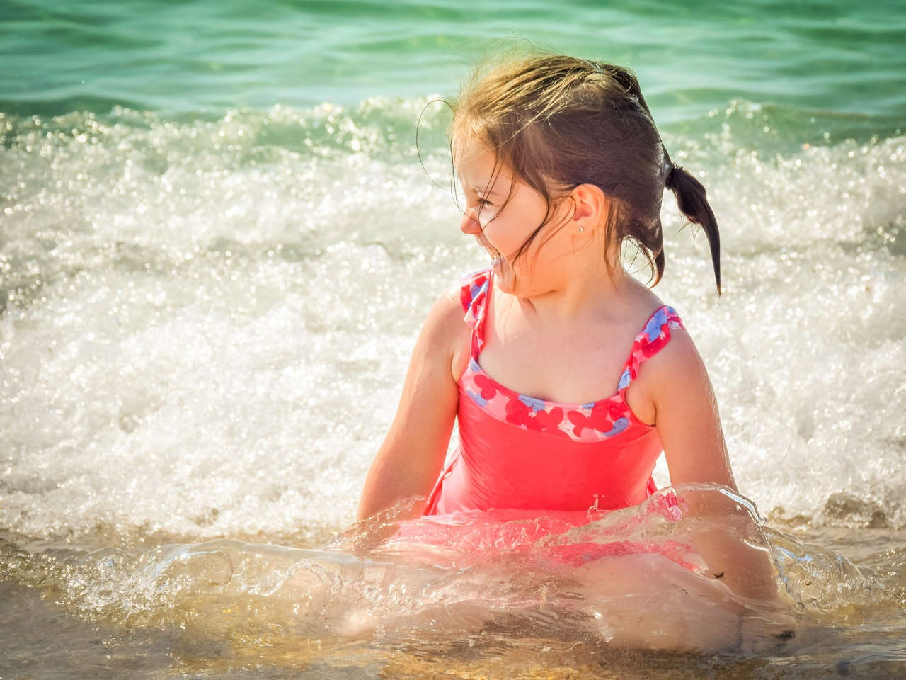 dziewczynka w czerwonym stroju kąpielowym