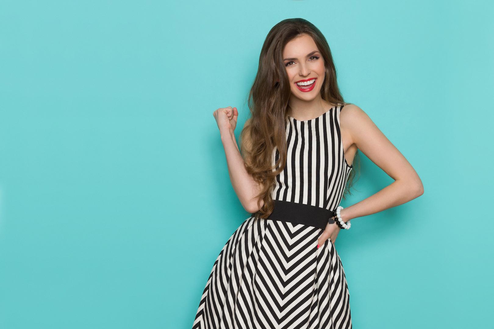 sukienka w paski czarno-białe