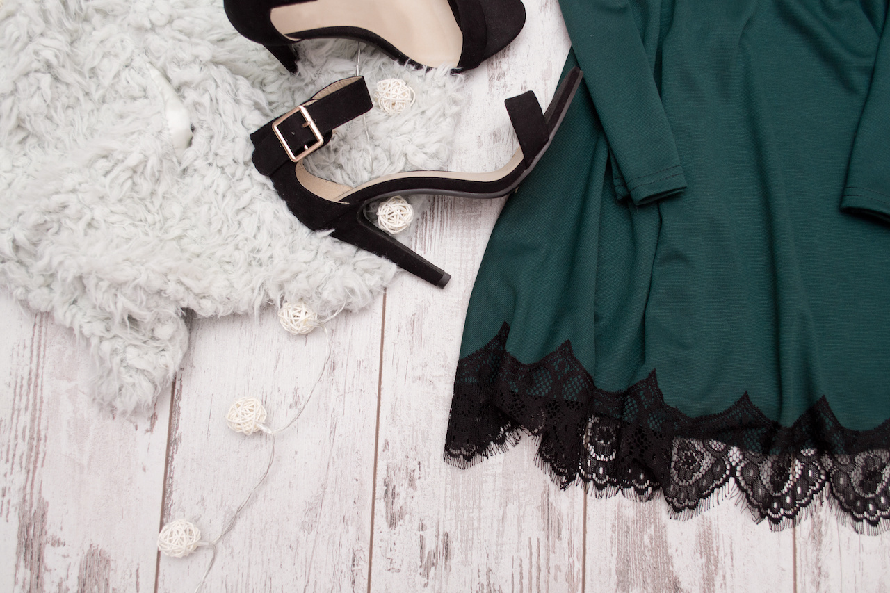 ciemnozielona sukienka z koronką