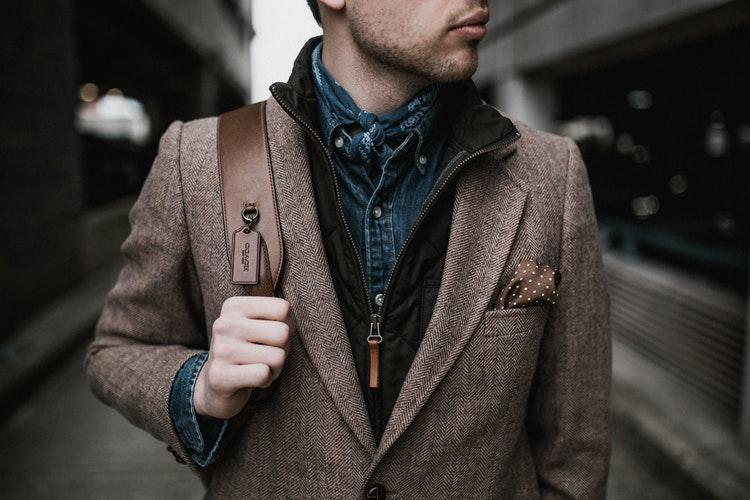 Smoking a garnitur - choć z pozoru mogą wydawać się podobne, znacznie się od siebie różnią. Poznaj kluczowe różnice pomiędzy smokingiem a garniturem i raz na zawsze zażegnaj dylemat związany z tymi elementami garderoby!