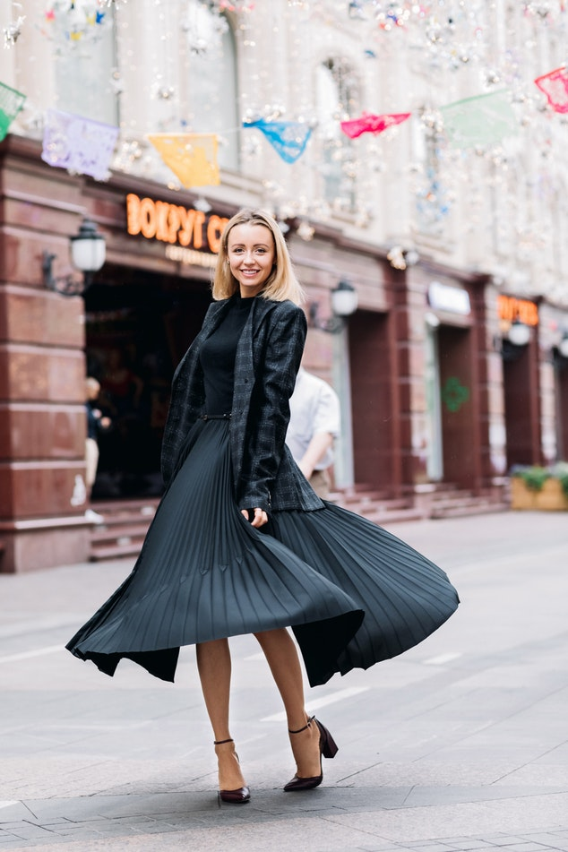Oferta dodatków do czarnej sukienki jest szalenie bogata. Podpowiadamy, jakie dodatki będą współgrać z czarną sukienką.