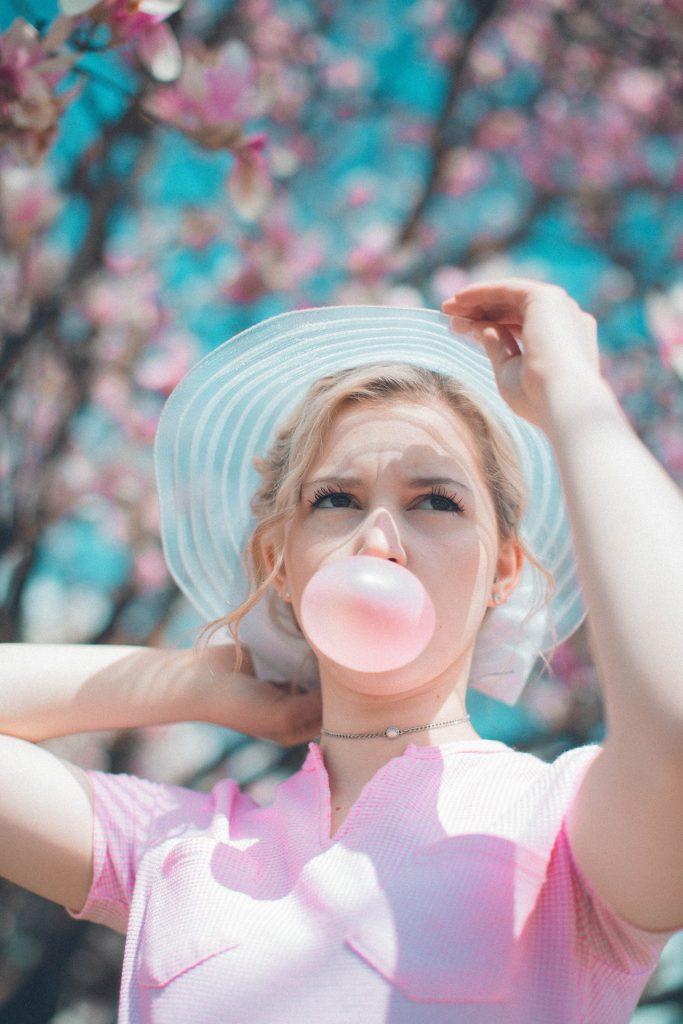 1. Na liście modnych kolorów 2019 znalazł się również róż. Ubrania i akcesoria w w pastelowych barwach pokochały kobiety na całym globie!