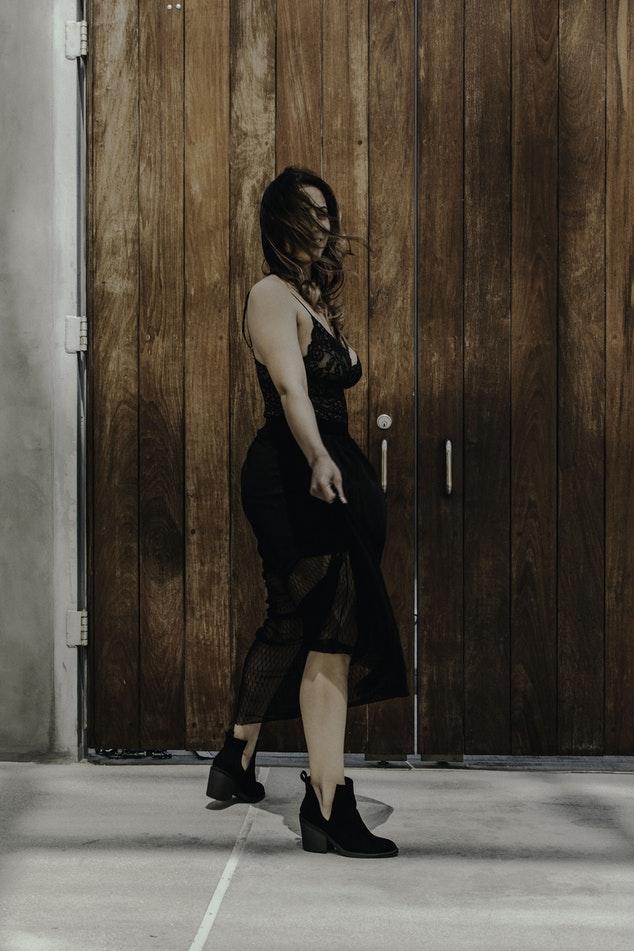 1. Jakie dodatki do czarnej sukienki? Na to pytanie nie ma jednoznacznej odpowiedzi, ale czarne kowbojki to jedna z wielu propozycji. Sprawdź resztę naszych pomysłów na stylizacje z czarną sukienką w roli głównej!
