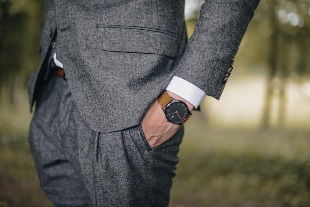 Modne męskie garnitury to temat budzący wiele kontrowersji. Kroje i kolory, które cieszyły się popularnością kilka lat temu, musiały ustąpić miejsca nowym wzorom i barwom. Fani klasyki z pewnością skierują wzrok na modne męskie garnitury w stonowanych barwach, zaś panowie lubiący awangardowe stylizacje - na modne męskie garnitury w kratę.