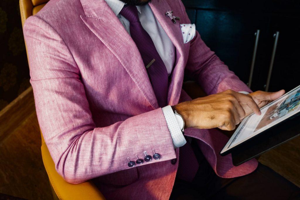 Modne męskie garnitury - czyli właściwie jakie? Oprócz idealnego dopasowania do sylwetki, znaczenie ma kolor, wzornictwo i tkanina. Nie bez znaczenia pozostają dodatki, które nadają całości szyku lub nieco bardziej awangardowego wymiaru. Zanim kupisz, zobacz nasze zestawienie modnych męskich garniturów.