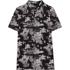Koszulka polo z krótkim rękawem i nadrukiem all over. Czarne koszulki polo Pull&Bear, m, z nadrukiem, z krótkim rękawem. Za 59,90 zł.