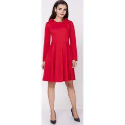 Sukienki: Czerwona Rozkloszowana Wizytowa Sukienka z Falbanką przy Dekolcie