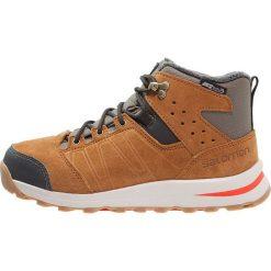 Salomon UTILITY TS CSWP  Śniegowce swamp/rawhide/lava orange. Szare buty zimowe damskie marki Salomon. W wyprzedaży za 350,10 zł.