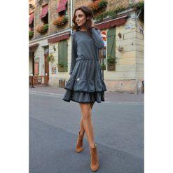 Casualowa sukienka z długim rękawem grafitowa ERIN. Szare sukienki hiszpanki Lemoniade, w koronkowe wzory, z koronki, z falbankami, z długim rękawem. Za 159,90 zł.