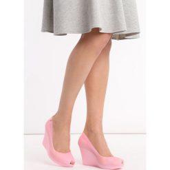 Różowe Koturny Noklast. Czerwone buty ślubne damskie marki Born2be, z kauczuku, z okrągłym noskiem, na wysokim obcasie, na koturnie. Za 49,99 zł.