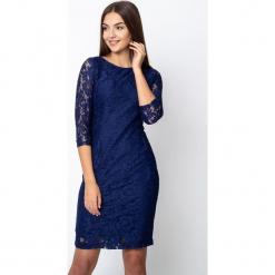 Granatowa koronkowa sukienka z rękawami 3/4 QUIOSQUE. Szare sukienki balowe marki QUIOSQUE, na co dzień, s, w koronkowe wzory, z dzianiny, z klasycznym kołnierzykiem, ołówkowe. W wyprzedaży za 119,99 zł.