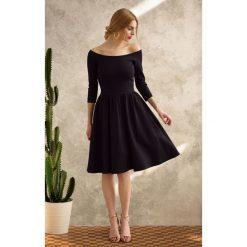 CZARNA SUKIENKA Hiszpanka. Czarne sukienki dzianinowe Pakamera, z dekoltem typu hiszpanka, midi. Za 360,00 zł.