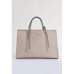 Torebka z wzorzystym grzbietem. Szare torebki klasyczne damskie Monnari, ze skóry, małe, zdobione. Za 99,60 zł.
