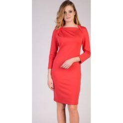 Koralowa sukienka z kołnierzem QUIOSQUE. Czerwone sukienki dzianinowe marki QUIOSQUE, proste. W wyprzedaży za 69,99 zł.