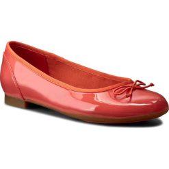 Baleriny CLARKS - Couture Bloom 261227794 Coral Patent. Brązowe baleriny damskie lakierowane Clarks, z materiału, na płaskiej podeszwie. W wyprzedaży za 199,00 zł.