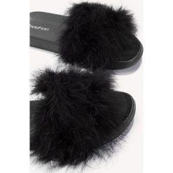 Chodaki damskie: Boohoo Klapki z piórami - Black