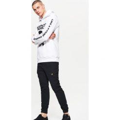 Bejsbolówki męskie: Bluza z dużym nadrukiem - Biały