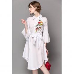 Sukienka w kolorze białym. Białe sukienki asymetryczne marki Zeraco, w paski, z tkaniny, z asymetrycznym kołnierzem, midi. W wyprzedaży za 299,95 zł.