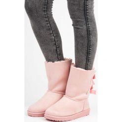 Zamszowe śniegowce z kokardkami JANELLE. Różowe buty zimowe damskie Merg, z zamszu. Za 79,80 zł.