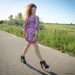 Wysmuklająca sukienka z szerokimi rękawami. Czarne sukienki mini marki Molly.pl, na spotkanie biznesowe, l, z tkaniny, z dekoltem na plecach, dopasowane. Za 549,00 zł.