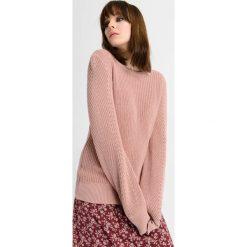 Sweter ze wstążką z tyłu. Brązowe swetry klasyczne damskie marki Orsay, s, z dzianiny. Za 99,99 zł.