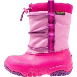 Crocs SWIFTWATER WATERPROOF  Kozaki party pink/candy pink. Różowe buty zimowe damskie marki Crocs, z materiału. W wyprzedaży za 153,45 zł.