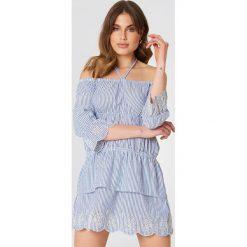 Debiflue x NA-KD Sukienka z odkrytymi ramionami - Blue,Multicolor. Niebieskie sukienki na komunię marki Reserved, z odkrytymi ramionami. Za 133,95 zł.