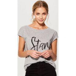 Koszulka z połyskującym napisem - Jasny szar. Szare t-shirty damskie marki Mohito, l, z napisami. Za 39,99 zł.