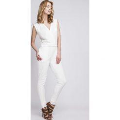 Kombinezony damskie na lato: Biały Elegancki Kombinezon z Kopertowo Zakładanym Dekoltem