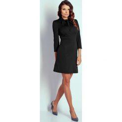 Czarna Wizytowa Taliowana Sukienka z Wiązaniem. Niebieskie sukienki koktajlowe marki bonprix, na spacer, na lato, w koronkowe wzory, z bawełny, dopasowane. W wyprzedaży za 102,21 zł.