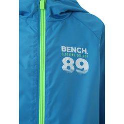Bench WINDBREAKER Kurtka przeciwdeszczowa blue. Niebieskie kurtki chłopięce przeciwdeszczowe marki Bench, z materiału. Za 259,00 zł.