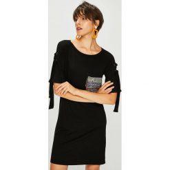 Desigual - Sukienka. Czarne sukienki dzianinowe marki Desigual, na co dzień, l, z aplikacjami, casualowe, z okrągłym kołnierzem, z krótkim rękawem, mini, proste. Za 379,90 zł.