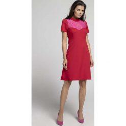 Czerwona Wizytowa Rozkloszowana Sukienka z Koronką. Czerwone sukienki balowe marki Molly.pl, na imprezę, l, w koronkowe wzory, z koronki, z klasycznym kołnierzykiem, dopasowane. W wyprzedaży za 106,86 zł.