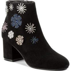 Botki GUESS - Malvina FLMAL4 SUE10 BLACK. Czarne buty zimowe damskie Guess, ze skóry ekologicznej, na obcasie. W wyprzedaży za 359,00 zł.