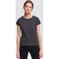T-shirt z minimalistycznym napisem - Szary. Szare t-shirty damskie marki Reserved, l, z napisami. Za 24,99 zł.