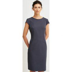 Simple - Sukienka. Czarne sukienki Simple, z elastanu, eleganckie, z okrągłym kołnierzem, z krótkim rękawem, mini, dopasowane. W wyprzedaży za 399,90 zł.