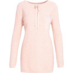 Swetry klasyczne damskie: Różowy Sweter Does It Feel