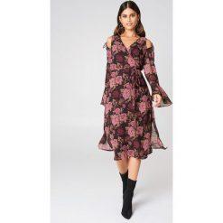 NA-KD Boho Sukienka kaftan z wiązanym rękawem - Brown,Multicolor. Niebieskie długie sukienki marki NA-KD Boho, na imprezę, w koronkowe wzory, z koronki, boho, na ramiączkach. Za 202,95 zł.