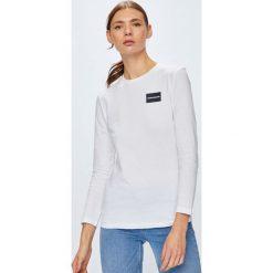 Calvin Klein Jeans - Bluzka. Szare bluzki z odkrytymi ramionami marki Calvin Klein Jeans, l, z aplikacjami, z bawełny, casualowe, z okrągłym kołnierzem. Za 199,90 zł.