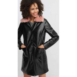 Lateksowy płaszcz z futerkiem. Czarne płaszcze damskie pastelowe Orsay, z poliesteru, eleganckie. W wyprzedaży za 120,00 zł.