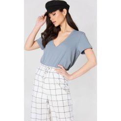 NA-KD Basic T-shirt z dekoltem V - Grey,Blue. Różowe t-shirty damskie marki NA-KD Basic, z bawełny. W wyprzedaży za 26,48 zł.