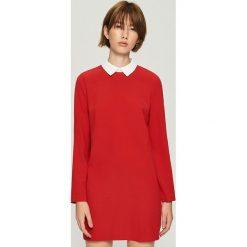 Sukienka z kontrastowym kołnierzykiem - Czerwony. Czerwone sukienki z falbanami marki Sinsay, l, z kontrastowym kołnierzykiem. Za 79,99 zł.