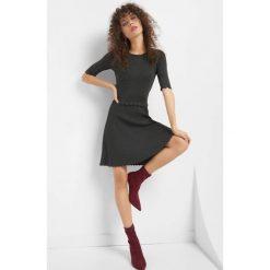 Sukienka z efektem plisowania. Szare sukienki dzianinowe Orsay, s, w prążki, z falbankami, dopasowane. W wyprzedaży za 95,00 zł.