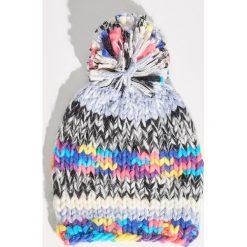 Kolorowa czapka z pomponem - Wielobarwn. Szare czapki zimowe damskie Sinsay, w kolorowe wzory. Za 29,99 zł.