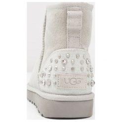 UGG MINI STUDDED BLING Botki grey violet. Szare buty zimowe damskie Ugg, z materiału. Za 1049,00 zł.