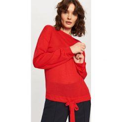 Swetry damskie: Sweter z wiązaniem na dole - Czerwony