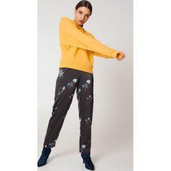 NA-KD Basic Bluza z kapturem basic - Yellow. Różowe bluzy z kapturem damskie marki NA-KD Basic, prążkowane. Za 100,95 zł.