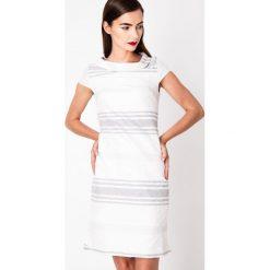 Biało-szara sukienka z haftem QUIOSQUE. Białe sukienki mini marki QUIOSQUE, na imprezę, z haftami, z lakierowanej skóry, eleganckie, z kopertowym dekoltem, z krótkim rękawem, kopertowe. W wyprzedaży za 119,99 zł.